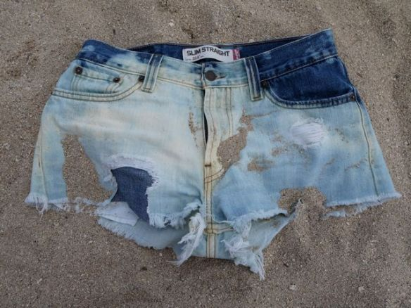 diy_distressed_denim_shorts_sandy